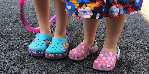 Дети и обувь crocs модно или рискованно?